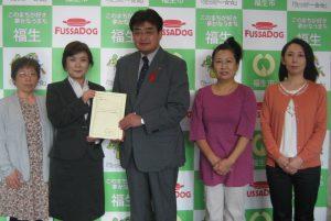 加藤市長(中央)に要望書を提出しました